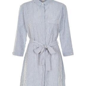 Super flot kjole som også kan bruges som kimono. Aldrig brugt - stadig med mærke