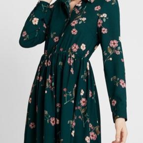 Smukkeste kjole i polyester. Måler 102 cm i længden. Kun prøvet på.   Giver gode mængderabatter 🌸