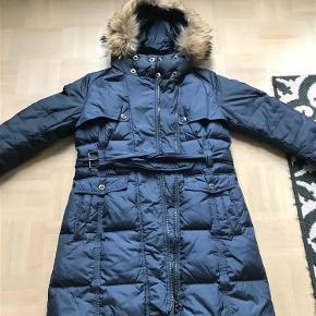 Varetype: Lækker dunjakke fra Betty Barclay Farve: Mørkeblå Oprindelig købspris: 1999 kr.  Rigtig lækker jakke. Kan sendes eller afhentes i Århus C.