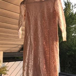 Forskellige kjoler i flotte farver. 20 kroner stykket.   Tjek også mine andre annoncer med tøj og få sendt det sammen
