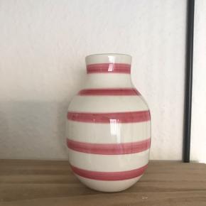 Sød lille vase, som aldrig er blevet brugt. Måler 13 cm.