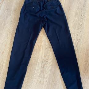 Jakkesæt med jakke i str. S, bukser w:31/l:32, meget mørkeblåt.