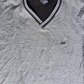 Lækker pyjamas med shorts til. Str. L. Brystmål ca 112 cm. Længden på trøjen ca 75 cm.  Nattøjet er næsten ikke brugt.