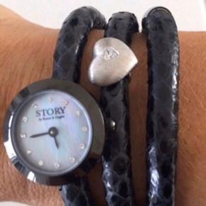 Story by Kranz og Ziegler armbåndsur;) -som nyt, brugt en gang. Uret skal have nyt batteri. Remmen måler: 54 cm.  Kommer fra røg og dyre frit hjem