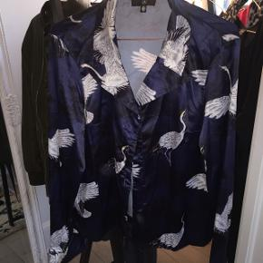 Lækker silke/satinskjorte med fugleprint, købt på Asos. Str 36, en smule stor i størrelsen og med brede og lange ærmer  Brugt en enkelt gang