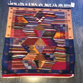 100x92 cm Vintage kharita tæppe fra Marokko. Tæppet er vævet og kan bruges med begge sider opad