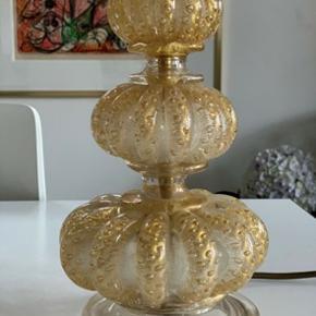 Helt unik og smuk glaslampe fra italienske Murano. Glaset er i creme og guld. Ingen skår. Virker perfekt. Mål: 62,5 cm høj, skærmen dia 30 cm. Utrolig smuk!!