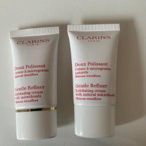 Gentle refiner, exfoliating creme   Clarins Gentle Refiner Exfoliating Cream er en creme bestående af eksfolierende mikroperler. Denne creme er meget blid, idet den renser huden, blødgør og genskaber den ungdommelige udstråling. Produktet fjerner alle urenhender, døde overfladeceller, overskydende talg og renser porerne. Til alle hudtyper.  2 x 15 ml plomberet📌  Tjek også mine andre TRENDSALE TILBUD 📌🤩