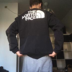 Lækker Northface trøje uden mærker. Perfekt til efterårsbrug og koldere dage. Stort mærke på ryggen og mindre på brystet