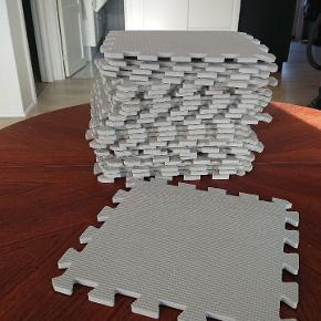 1 brik 27,5x27,5 cm 27 brikker, giver 140x140 cm  Lys grå, velholdt med brugsspor.