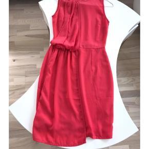 Varetype: Andet Farve: Pink  Rigtig smuk sommer/ fest kjole, når der lige skal det ekstra til. Jeg kan kontaktes på 42422704.