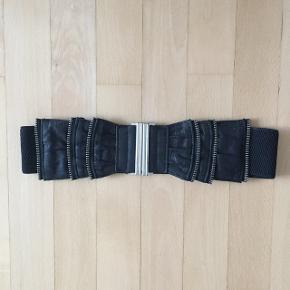 Elastikbælte i sort sælges. Super flot detalje til kjoler, skjortebluser eller jakker. Str. 70 cm - passes af xs til small