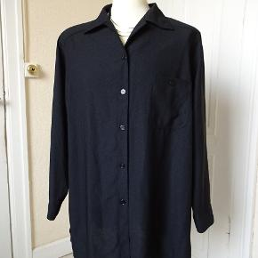Skjorte/jakke sælges. Bytter ikke. Brystmål:67x2 Hofter:70x2 Længde:81 Materiale:100% polyester.