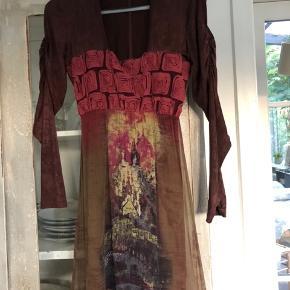 Ingen tegn på slid på denne fantastiske kjole - købt i Savethequeen i Rom