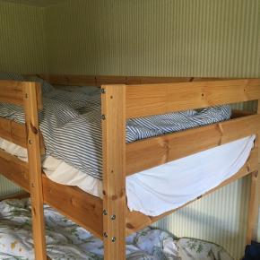 Perfekt Ikea køjeseng i fyrretræ. Inkl. 2 så godt som nye madrasser. Brugt højst 5 gange. Fejlkøb. Sælges til under halv pris. Nem at adskille eller hente i en varevogn. Står i en kolonihave i Rødovre.
