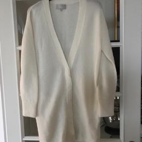 Lækker blød og varm cardigan. 34 % mohair - 34 % uld - 27 % polyamide  og 5 % spandex. farven er varm hvid.