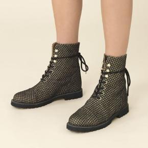 Stine Goya Gold Grid støvler, næsten ikke brugt. Jeg har selv købt dem brugt på trendsales, men de har vist sig at være en anelse for brede til mig.