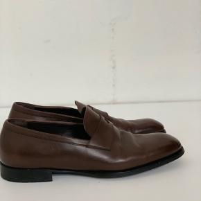 Bottega Veneta sko i brun læder. Skoene er i super fin og velholdt stand, med en smule slidte såler (se billede). Passer en str 44-45. Skriv for flere detaljer!  Kom gerne med realistiske bud!