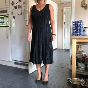 Lang kjole med flot fald fra Molly-Jo. I god stand.