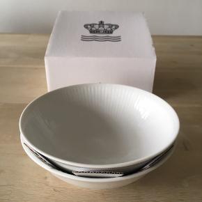 2 stk. helt nye og fine porcelænskåle fra Royal Copenhagen. 35 cl.  Se også mine andre annoncer.