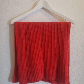 Orangerødt tubetørklæde fra H&M.