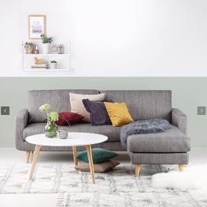 Grå 3-personers sofa fra SINNERUP 💛   🛋 Sofaen er ca. 10 måneder gammel 🛋 Sofaen har ingen tegn på slitage  🛋 Sofaens chaiselong er flytbar (kan sidde i både højre og venstre side) 🛋 Sofaen er fra et IKKE-ryger og dyrefrit hjem  Hvorfor sælges den? Vi har fundet en anden sofa som passer bedre til vores stil, så denne var blot et fejlkøb ☺️  Jeg er åben for realistiske bud 🙌🏼