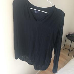Sælger denne lækre skjorte fra GAP. Skjorten er brugt, men står i fin stand - sælges derfor billigt! BYD!  Nypris 450kr.  - Afhentes i Aarhus C - Sender gerne forsikret via DAO, køber betaler porto 38kr.