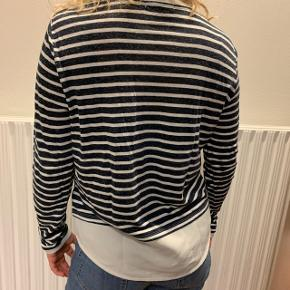Flot skjorte trøje fra VILA, den har 2 små huller nederst💙