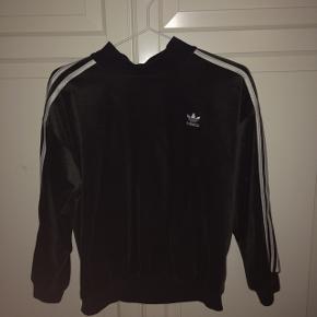 Mørke grå velour Adidas trøje.