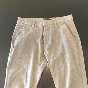 Habit-lignende bukser. I fin grå farve(den er mørkere i virkeligheden, ift. Billede nr. 1 og 3). Dejlige bukser, som skal sidde tæt😉 Se billede for præcis størrelse.