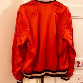 Virkelig fed bomber jacket i lækker kvalitet. Flot rød farve