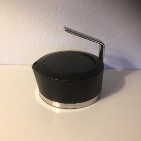 Stelton tekande med tesi der let kan fjernes når teen har trukket   Smukt design i sort og stål   Brugsspor   Sender gerne