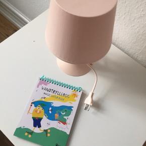 Sødt børnebord samt lampe. Samlet 50kr   Står i Esbjerg c