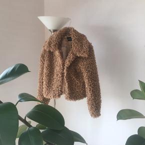 Skøn varm faux fur jakke, som kun er brugt få gange, som helt sikkert ville fungere som en god overgangsjakke. rigtig dejlig at have på, grundet det satinlignende for. Sælges fordi jeg har købt en ny pelsjakke😊 Np. omkring 300kr Passes af størrelse xs og s  BYD🤗 #trendsalesfund