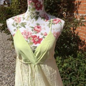 Lækker sag fra Gypsy 05 Justerbare stropper og løbegang under bryst 100% silke Længde ca 104 cm, målt fra under bryst Bryst ca 2 x 40-52 cm