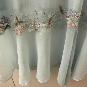 Varetype: kjole Farve: Lyseblå Prisen angivet er inklusiv forsendelse.  Virkelig yndig med broderede blomster og påsatte perler. Kun brugt en gang