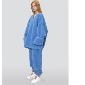 Lærke Andersen Big Teddy sweater med V-hals. Brugt en enkelt gang og fremstår helt ny. Prismærker haves og kan påsættes.  Har også bukserne, som kun sælges i særtilfælde.  Jeg mødes gerne for at handle et sted i København.   Bytter ikke.