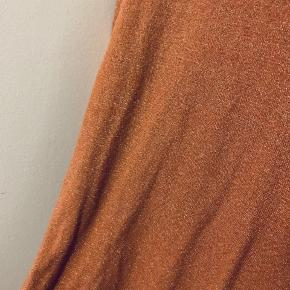 Orange glimmer kjole med lynlås i ærmerne. Størrelsen hedde S/M