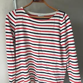 Fin strikket trøje fra ENVII, med hvide, røde og mørke blå striber. Str. xs (Passer også en Small) Brugt meget få gange og er derfor som ny.