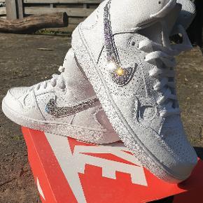 Helt spritnye Nike str 40,5 med ægte Swarovski sten helt unikke sko.  Reserveret    Bud er velkomne.