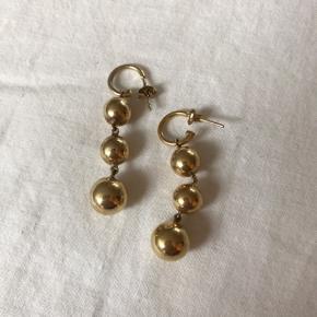 Guldbelagte øreringe - ligner til en forveksling dem fra Celine. Har selv købt dem på Tradono, men husker desværre ikke mærket.