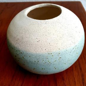 Keramik vase og armring.  Vasen er 9 cm høj og måler 11 cm i diameter. Den koster 150,- Armringen er SOLGT  #keramik #vase