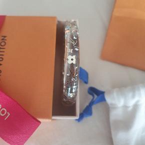 Sælger mit Louis Vuitton armbånd i str M  Jeg får det ikke brugt.  Æske, dusback og pose medfølger,  kvittering er desværre blevet væk fra mig 1500 kr
