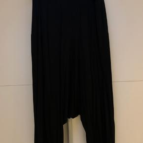 Smuk sæt fra nör plus i den blødeste Jersey kvalitet Haremsbukser med lomme bagbo Oversize bluse med blonde i ærmet - åben ved skulder Nypris 2x699