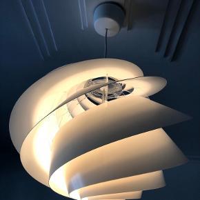 """Le Klint """"Swirl loftslampe"""" 45 cm.  i diameter og højde på 33 cm. Design: Øivind Slaatto str. M. Materiale: Plast/akryl💡  Beskrivelse:  Lampen SWIRL er trods klare referencer til LE KLINTs klassiske design og håndværk sin helt egen. Med sit transparente formsprog og de svungne lameller, som fordeler lyset, giver lampen et fint brugslys og er tillige en æstetisk nydelse i rummet. SWIRL væg- og loftlamper giver mange belysningsmæssige muligheder og er særdeles velegnet til at bruge i forbindelse med halls, trapper, gangarealer, repos'er og andre steder, hvor en harmonisk og integreret belysning er påkrævet.  Byd gerne kan afhentes i Århus C efter nærmere aftale."""