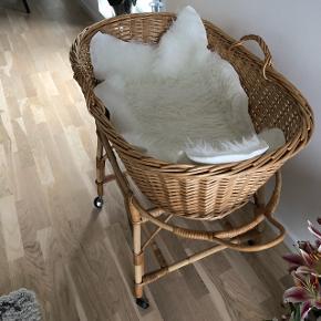 NY PRIS ! 600 kr  Har købt denne vintage flet kurv seng. Nypris 2800,-  Har en lille skade - se vedhæftet billede   Medfølger : madras som måler 72 cm og et lille kunsttæppe .