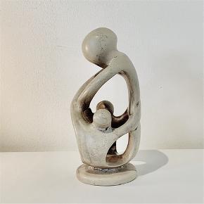 """Shona fedstensfigur - """"Kærlig mor med to børn"""", udført i sort/grå fedtsten. Højde: 19,5 cm"""