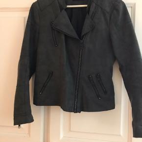 Smart 'ruskinds'-jakke, mørkegrå, 4 lynlåslommer. Tip top i orden. Sender gerne