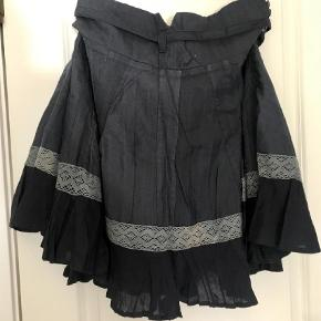Varetype: Midi Farve: Blå Prisen angivet er inklusiv forsendelse.  Super smuk nederdel - perfekt her til sommer 🌞. Så fin med sandaler til 👍🏻 HUSK at se mine andre annoncer - har mange 😊 BYD!