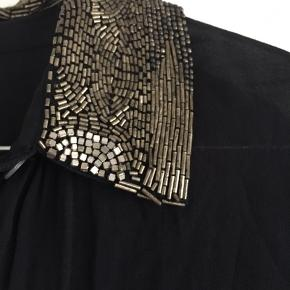 Transparent skjortekjole med fine perle detaljer på kraven. Den er helt ny med prismærke, da den desværre ikke passede alligevel